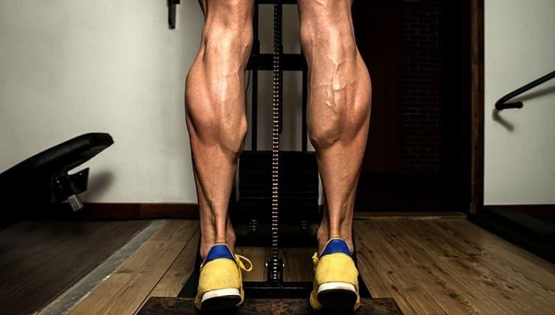 Protege tus rodillas y tobillos fortaleciendo tus músculos gemelos