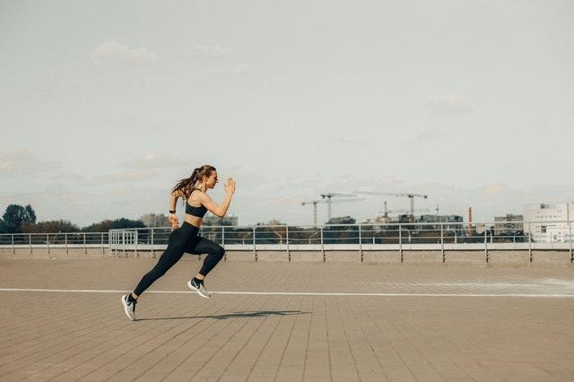 la mala postura de carrera es una falla tipica al correr